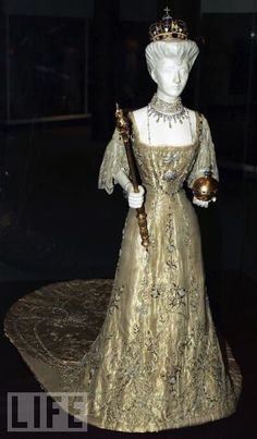 Queen Maud of Norway - coronation gown. Gold lame' with gilt metal thread, gold sequins, pearls, diamante'. Vernon and Silkehuset, 1906