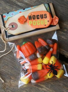 cute Halloween goody bag of candy, would be cute for class treats Halloween Candy Crafts, Halloween Goodie Bags, Halloween Labels, Halloween Goodies, Halloween Trick Or Treat, Cute Halloween, Halloween Cards, Holidays Halloween, Halloween Treats
