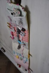 Jeden z mnoha šitých dárků pro děti. Sponkovník se spoustou našitých šňůrek a tkaniček pro nacvakaní sponek, s našitými poutky na provlečen... Hair Slide