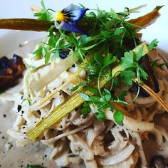 We are working on our new raw special. Who would like to try this beauty aka creamy mushroom and leek fettuccine? Creamy Mushrooms, Stuffed Mushrooms, Japchae, Ethnic Recipes, Beauty, Food, Stuff Mushrooms, Essen, Meals