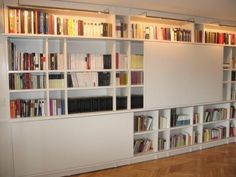 Biblioteca Cericioli con puertas corredizas.