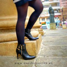 Nuestros #botines de #tacón negro son perfectos para cualquier día de la semana y puedes combinarlo con todo. Tanto con #vaqueros como con #medias quedan perfectos, además, gracias a su #cremallera dorada tu #look tendrá un toque diferente. Consigue los tuyos en nuestra #ShopOnline