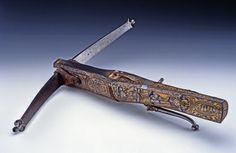 Armbrust / Garnitur bestehend aus Armbrust und Bolzenkasten   Kaphan, Franz (Ausführung)  Dresden. Um 1570.