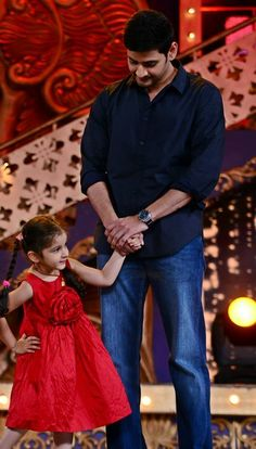 Mahesh with his daughter Sitara Mahesh Babu Wallpapers, Salman Khan Photo, Flawless Beauty, Actors Images, Daddy Daughter, Actor Photo, Cute Family, Movie Photo, Girls Dpz