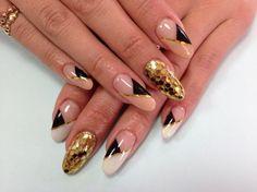 Золотой маникюр - бежево-черный угловой френч с золотистой полосочкой на нарощенных ногтях