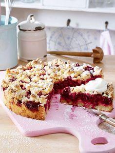 Streuselteig mit Marzipan und knackige Kirschen für die Füllung lassen bei Kuchen-Fans keine Wünsche offen.