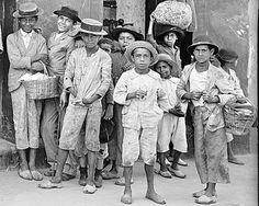 Jovenes caraqueños en las afuera de una pulpería en Santa Rosalía a principios del siglo XX.