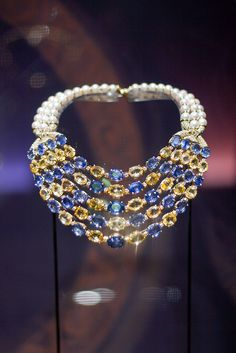 Belonging to Baroness Carmen Thyssen-Bornemisza necklace at the Biennale Gold Pearl Necklace, Pearl Jewelry, Jewelry Art, Gemstone Jewelry, Jewelry Accessories, Jewelry Necklaces, Fine Jewelry, Jewelry Design, Designer Jewelry