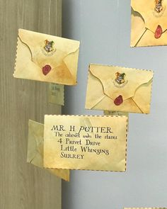 geschenke harry potter Festa Harry Potter: 70 ideias mágicas e tutoriais para fazer a sua Baby Harry Potter, Harry Potter Baby Shower, Harry Potter Motto Party, Bijoux Harry Potter, Images Harry Potter, Harry Potter Thema, Harry Potter Fiesta, Classe Harry Potter, Cumpleaños Harry Potter