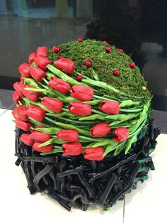 Flowers-looser styling so its not so severe Tulpen Arrangements, Unique Flower Arrangements, Unique Flowers, Fresh Flowers, Beautiful Flowers, Arte Floral, Deco Floral, Floral Design, Ikebana