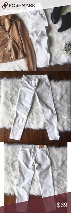•Madewell Ankle Zip Cropped Skinny Jeans• Madewell cropped ankle zip skinny jeans. Zipped ankle jeans belong in every closet! They run a tad bit small in the waist (my opinion).   •color: white •size: 26 (see measurements) •98% cotton & 2% spandex  Approx Measurements laying flat:     •waist: 13in     •inseam: 24.5in  •No trades(comments will politely be ignored). •15% off 2+ items 💕 Madewell Jeans Ankle & Cropped