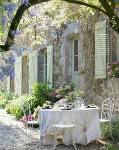 French country style is something like Provence plus shabby chic, it's refined and elegant, and is one of the best ways to decorate your outdoor space. Outdoor Rooms, Outdoor Dining, Outdoor Gardens, Outdoor Tables, Patio Dining, French Country Cottage, French Country Style, French Countryside, Country Living