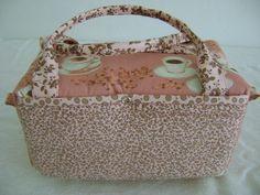 Lunch Bag ou Lancheira térmica feita tecido dublado e forrada com tecido térmico. Fechamento com zíper. <br> <br>Mede aproximadamente 23cm de largura, 14cm de altura e 17cm de profundidade.