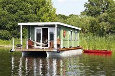 Schwimmendes Ferienhaus auf der Havel. Komfort trifft Abenteuer. Nicht mal auf den Kamin muss man verzichten. Werden Sie Kapitän und steuern Sie das Bungalow-Boot über die Gewässer! Bei fewoVista.
