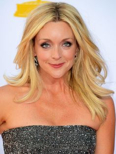 Famous Actress Jane Krakowski with her few layers and straight hairdo.
