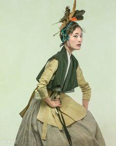 """건강한 소재 모시를 활용한 한복 보그 화보입니다. 웰빙 시대, 자연주의 느낌의 모시 소재는 실크 비단과 함께 한복에서 고급 소재입니다. """"예부터 여름철 최고의 전통 옷으로 각광받아 온 한산모시옷이 있듯이 모시는 삼베와 더불어 신라시대에 대중의 옷감을 만드는 데 더 잘 알려져 있는데요. 옷감뿐 아니라 식재료로도 사용할 수 있는 일석이조의 모시! """" 라고 네이.."""