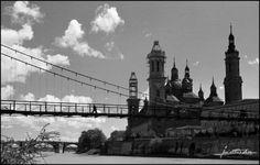 Imagen de 1954, tomada desde la orilla del Ebro, donde se aprecia la pasarela que existía y la construcción de las 2 últimas torres que se finalizaron en 1961