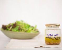 Molho italiano para salada   Receita Panelinha: Quem disse que molho para salada é complicado de ser feito? A fórmula é básica: 1 medida de ácido para 3 medidas de azeite. Aí dá para variar com caldo de limão ou outra fruta cítrica, vinagre de vários tipos e até nas ervas frescas e temperos secos.
