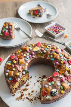 Klassischer Geburtstagskuchen - einfaches Marmorkuchenrezept, besondere Deko aus Süßigkeiten