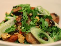 Simple and healthy recipe for Vietnamese Cauliflower Rice, with carrots, broccoli and chipolata sausages Healthy Family Meals, Healthy Snacks, Healthy Recipes, Cauliflower Rice Salad, Rice Recipes, Cooking Recipes, Seaweed Salad, Low Carb, Vegetarian