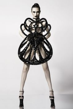 Neuartige Klamotten und Fashion aus dem 3D-Drucker. This dress is out of this world. The Vortex Dress, created by fashion designer and design engineer Laura Thapthimkuna, is as close as you can get to interstella