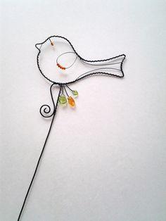 Ptáček s oranžovou- zápich Drátovaná dekorace z černého vázacího drátu, dozdobená skleněnými korálky a skleněnými lístečky v barvě zelené a oranžové. Velikost ptáčka:14 cm x 7,5 cm, zápich cca 38 cm.