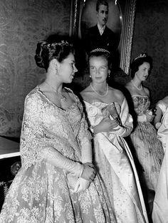 La princesse Isabelle d'Orléans, avec la princesse Marie Gabrielle d' Italie,  la princesse Marie Christine d'Aoste  au Grand bal du Palais Royal de Bruxelles le 21 avril 1958. On apercoit a droite