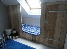 Het eindresultaat van zoeken op deze site naar stoere steigerhouten meubelen. Zo'n huisje is geweldig maar past bij ons gewoon niet. Dit zelfgemaakte bed is precies op maat!