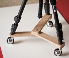 Small Foldable Tripod Dolly: To make movies you usually need to move smoothly your camera on a flat surface, like a table or the floor. There are many commercial tripod dollies but you can easily make your own with a few wood boards and three wheels. Photography Accessories, Photography Props, Photography Office, Photography Basics, Outdoor Photography, Children Photography, Diy Tripod, Apple Boxes, Nuts And Washers
