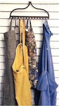 another use for an old rake head LOVE LOVE IT. From Country Home Magazine May 2000 We offer you exce Garden Rake, Garden Tools, Rake Decor, Garage Velo, Rake Head, Country Home Magazine, Primitive Bathrooms, Gardening Apron, Gardening Gloves