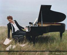 Robert Pattinson playing the piano (Vanity Fair Shoot) Robert Pattinson, Edward Cullen, Breaking Dawn, White Piano, Bruce Weber, Piano Player, Piano Man, Playing Piano, Wedding Songs