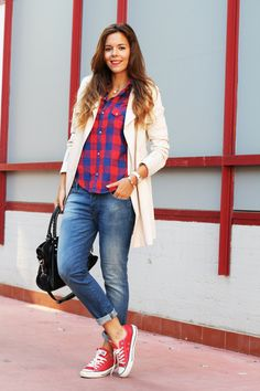 outfit trench and red converse