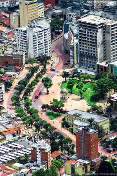 Eje Ambiental de la Avenida Jiménez visto desde el oriente. Bogotá, D.C. Colombia Travel, Travel Around The World, Around The Worlds, Colombia South America, Places To See, Tourism, Beautiful Places, Scenery, Bogota Colombia