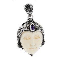 Pandantiv elegant realizat din argint în tehnica granulației, frumos ornamentat cu os sculptat în formă de mască și ametist fațetat.   Cod produs: CP3346 Greutate: 6.21 gr. Lungime: 4.00 cm Lățime: 2.00 cm