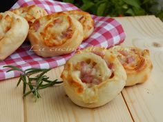 girelle di pizza con scamorza e pancetta ricetta finger food appetitosa, ricetta per buffet golosa facile da fare. Ricetta con pasta per pizza