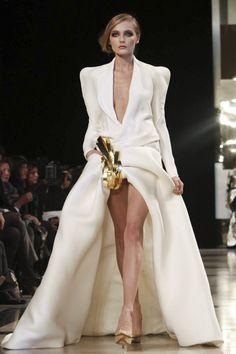 GEORGES HOBEIKA Un tissu simpliste doublé d\'une forme audacieuse, voilà l\'équation parfaite de cette robe de mariée griffée Georges Hobeika. Un haut doté d\'épaulettes masculines façon complet et un jupon raccourci de manière un peu... osée, voilà un ying et yang juste parfait ! Crédit photo :GEORGES HOBEIKA