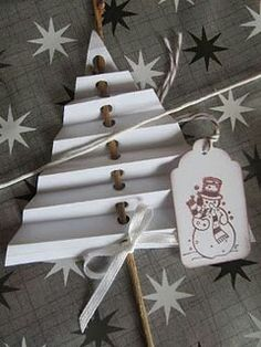 30 DIY Gift Wrapping Ideas for Christmas/ Holidays. Use to embellish gift wrap or bag or stake into flower pot. Also makes a cute craft for kids (holiday activity). Noel Christmas, Christmas Crafts For Kids, Christmas Projects, Winter Christmas, Holiday Crafts, Christmas Decorations, Christmas Ornaments, Simple Christmas, Paper Decorations