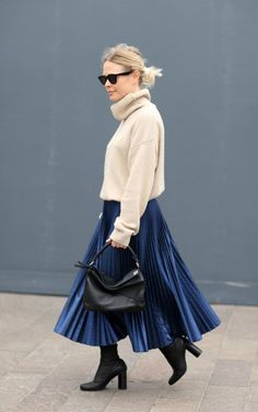 50 best street style looks from London Fashion Week so far : Pair one pleated skirt with a pair of chunky boots and a cosy poloneck knit for a warm but stylish fashion week look. Extra points for the uber-covetable Loewe puzzle bag Blue Skirt Outfits, Winter Skirt Outfit, Ascot Style, Blue Pleated Skirt, Loewe Puzzle, Puzzle Bag, Street Style Looks, Classy Outfits, Trendy Outfits