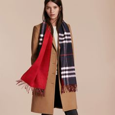 Made at a 200-year-old mill in the Scottish countryside, this Burberry cashmere scarf is in check with a block-colour reverse.