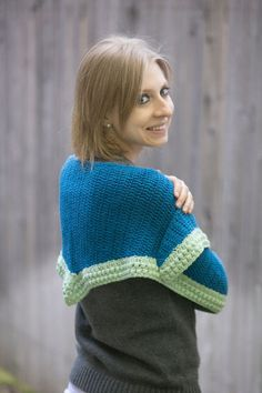 Autumn Shawl - This crochet shawl pattern is large enough to easily wrap around your shoulders. The pattern is free for a few more days from @ilikecrochetmag.