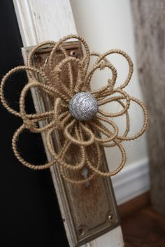 Coastal Charm: Chalk It Up Couldn't find directions but neat little piece Burlap Flowers, Burlap Lace, Diy Flowers, Fabric Flowers, Hessian, Burlap Projects, Diy Projects To Try, Crafts To Make, Diy Crafts