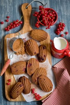 madeleines au chocolat, canneberges et groseilles / Chocolate madeleines with cranberry and red currant Authentic Mexican Recipes, Cake Photography, Perfect Breakfast, Food Humor, No Bake Desserts, Afternoon Tea, Holiday Recipes, A Table, Yummy Food