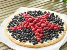 Patriotic Cookie Pizza – Fruit pizzas are a favorite for summertime desserts. It's a little healthy mixed with a little guilty. A star-shape created with berries makes this perfect for Memorial Day & Fourth of July Patriotic Desserts, Blue Desserts, 4th Of July Desserts, Fourth Of July Food, July 4th, Patriotic Recipe, Patriotic Party, Lemon Desserts, Summer Desserts