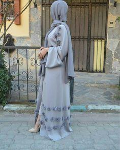 Elegant cardigan-style abaya dress with applique embellishment. Belt tie closure, you can dress this abaya up or down for any occasion. Cardigan Kimono, Cardigan Fashion, Abaya Fashion, Fashion Pants, Islamic Fashion, Muslim Fashion, Modest Fashion, Muslim Dress, Hijab Dress