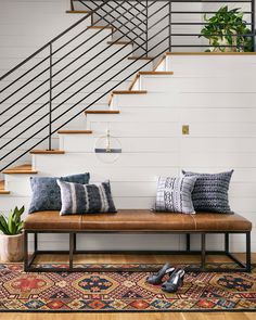 Utilize these interior decor ideas to brighten up your house and give it new life. Home decorating is exciting and can transform your house into a home if you understand how to do it right. Simple Living Room Decor, Warm Home Decor, Home And Deco, Home Interior, Interior Stairs, Townhouse Interior, Interior Modern, Home Decor Bedroom, House Design