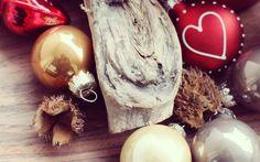 #Adventskranz Für weihnachtliche Stimmung in jedem Zimmer kannst Du ein paar Kugeln, Zweige, Zapfen, Holz und was Du sonst noch so findest auf Fensterbretter und Tische legen. Das geht ganz schnell und mit ein paar Kerzen verbreitet sich bald die Weihnachtsmagie in deinen Räumen.   #DIY #Advent #Calendar #Decoration #Candle fir cone #Basteln #Dekoration #Weihnachten #mydays