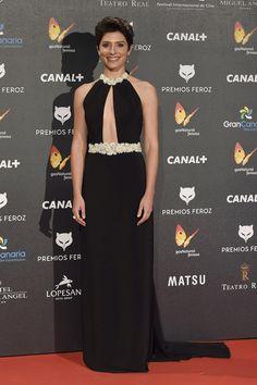 Bárbara Lennie, nominada como mejor actriz dramática, eligió un vestido negro de Basaldúa para los Premios Feroz 2015.