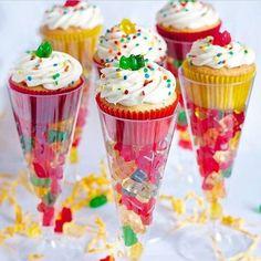 Avec l'Halloween qui s'en vient, vous vous retrouverez peut-être avec trop de bonbons. S'il vous restait des sacs à donner, plutôt que de les donner à vos enfants, gardez-les pour faire vos cupcakes. Gardez cette idée en tête! Une super belle idée po