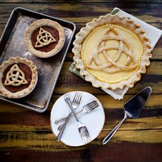 Patrick's Day How to Make a St. Patrick's Day Celtic Knot out of Pie Dough Just Desserts, Dessert Recipes, Pie Crust Designs, St Patricks Day Food, Irish Recipes, Irish Meals, Thing 1, Holiday Recipes, Holiday Ideas