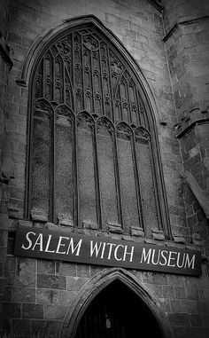 El Museo de las Brujas de Salem ofrece 2 presentaciones en la brujería. La primera es una presentación histórica de los ensayos y los acontecimientos de los acusados y ejecutados de la brujería en Salem en 1692. La otra es una nueva exposición; brujas: Percepciones Evolución examina los estereotipos y los aspectos de la brujería en el siglo 17 y lo que es la brujería moderna y Wicca